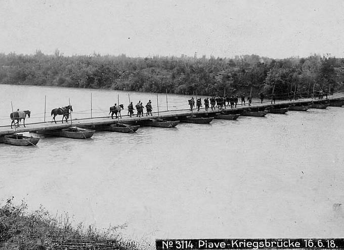 Pontonový most přes rozvodněnou Piavu. Tyto provizorní mosty byly pravidelným terčem italského dělostřelectva i bombardérů.