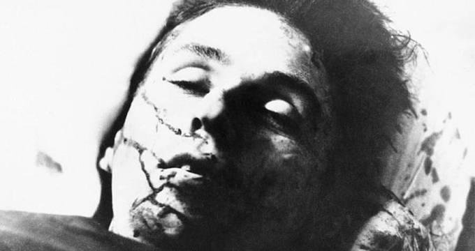 Mrtvá Bonnie Parkerová. Také ona byla prostřílena aspoň padesáti zásahy