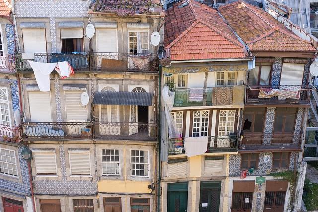 Domy ozdobené typickými malovanými kachličkami