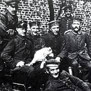Adolf Hitler (zcela vpravo) za 1. světové války nosil tradiční pruský knír.