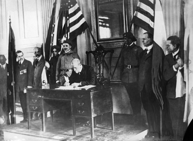 G.G.Masaryk podepisuje vamerické Filadelfii 26.října 1918deklaraci osvobodě a principech spolupráce