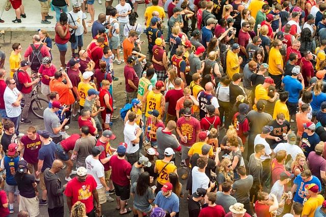 Fanoušci Cavaliers vklubových barvách zaplnili po vítězném zápase ulice Clevelandu.