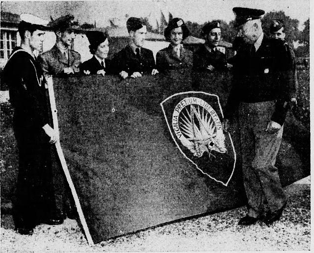 První vrchní velitel vojsk NATO v Evropě generál Dwight D. Eisenhower s původní vlajkou aliance