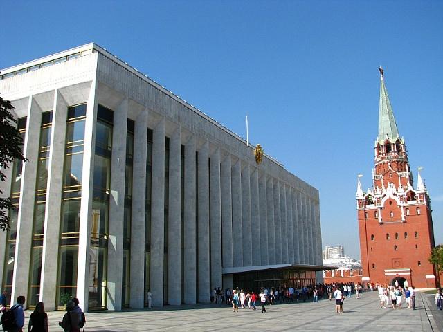 Sjezdový palác vmoskevském Kremlu vznikl na místě zbořených sakrálních staveb
