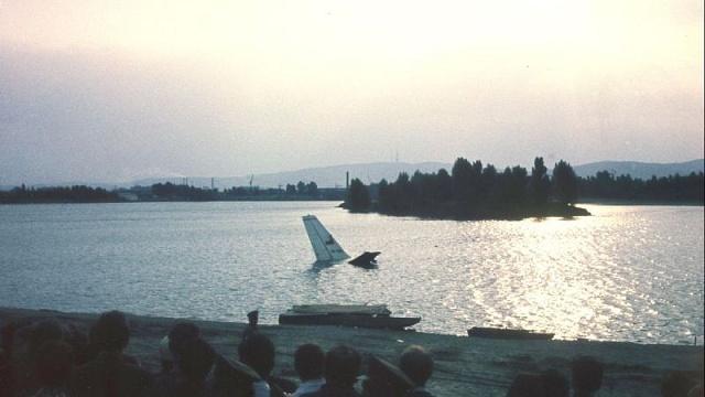 Kdyby nešlo ohrůznou tragédii, působil by dopolední záběr zříceného Il-18B vjezeře Zlaté piesky až romanticky