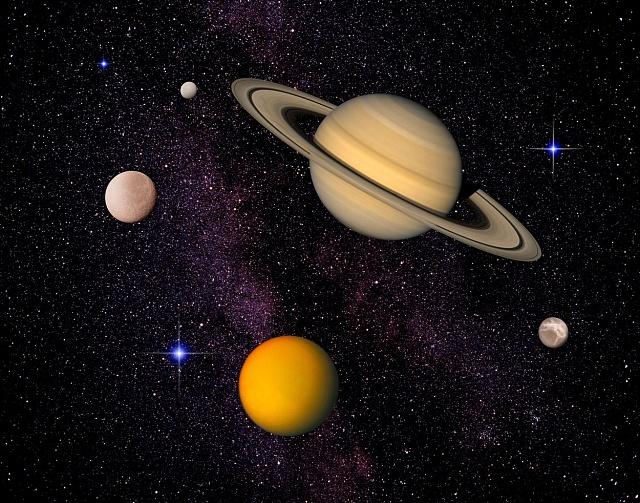 Komponované ztvárnění Saturnu a jeho čtyř měsíců