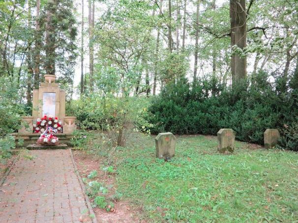 Pomník dětem. U hromadných hrobů vznikl pískovcový monument.
