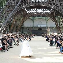 Módní show Chanel haute couture pod modelem Eiffelovy věže
