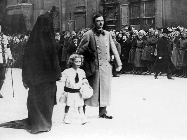Nový císař Karel I. smanželkou Zitou a následníkem Ottem kráčejí ulicemi Vídně při pohřbu Františka Josefa I.
