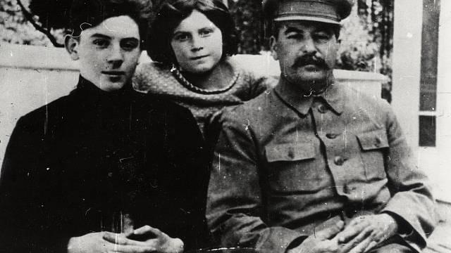 Stalin se synem Vasilijem a dcerou Světlanou