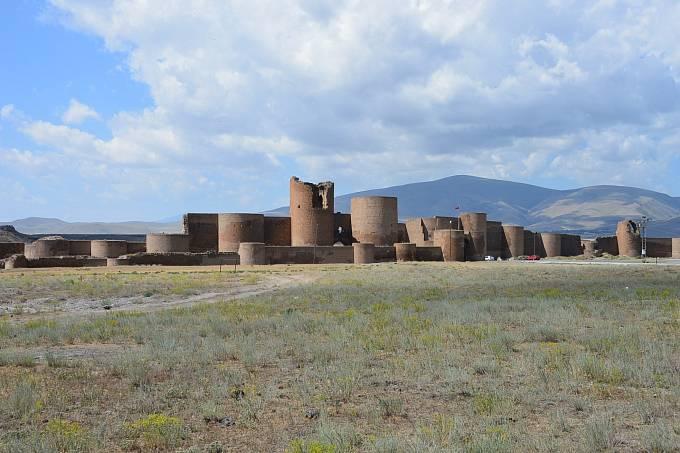 Archeologické naleziště Ani najdete v severovýchodní části Turecka, na náhorní plošině sousedící s Arménií. Středověké město zažilo největší rozkvět v 10. a 11. století.