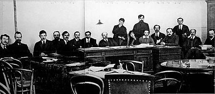Lenin včele rady lidových komisařů (vlády) sovětského Ruska vbřeznu 1918