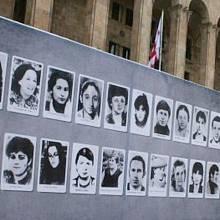 Záhy po masakru se v Tbilisi začaly objevovat vývěsky s tvářemi obětí