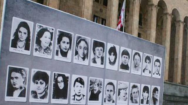 Záhy po brutálním zásahu se v Tbilisi začaly objevovat vývěsky s tvářemi obětí