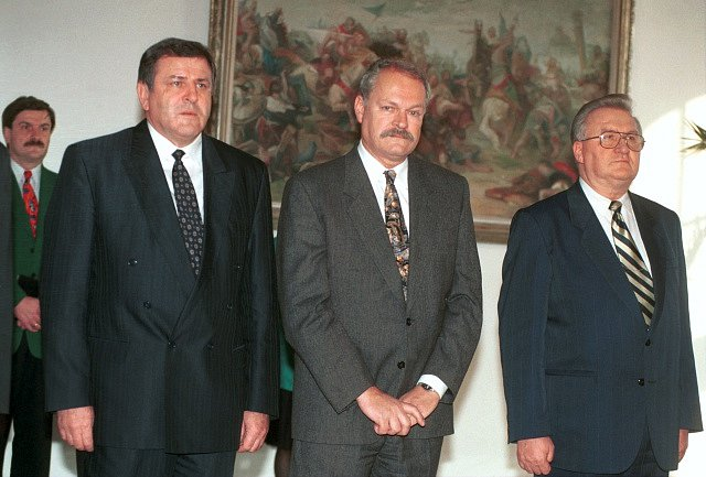 Zleva Vladimír Mečiar, Ivan Gašparovič a Michal Kováč. Mečiar později omilostnil lidi, spojené s únosem Kováčova syna