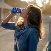 Pepsi pro Super Bowl znovu natočila slavnou reklamu se Cindy Crawfordovou z roku 1992