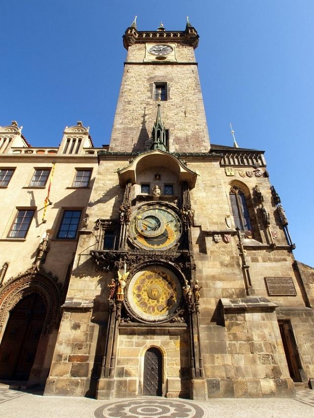 Pražský orloj na Staroměstském náměstí je obvykle vturistickém obležení