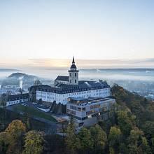 HOTEL ROKU. Restaurované bývalé opatství Michaelsberg v německém Siegburgu se proměnilo v moderní konferenční centrum se 121 pokoji, restauracemi a sály.