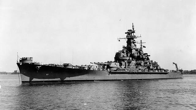 Bitevní loď amerického námořnictva USS South Dakota u námořní loděnice Norfolk