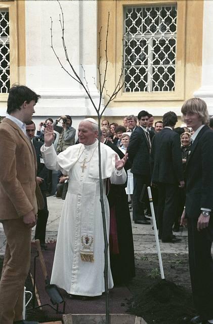 Jan Pavel II. při zasazení lípy na Velehradě v roce 1995