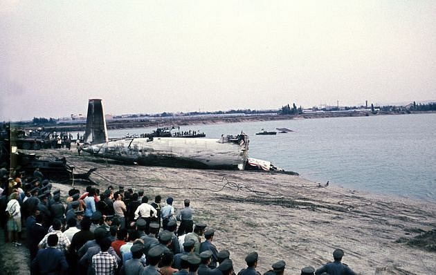 Zadní část rozlomeného trupu Il-18B po vytažení zjezera