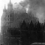 Požár vídeňské katedrály svatého Štěpána v dubnu 1945