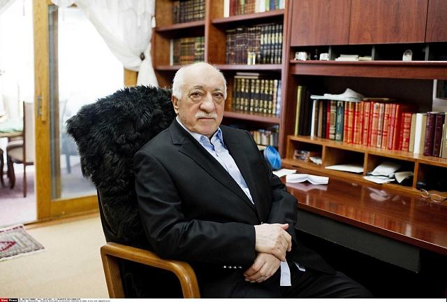 Fethullah Gülen, původně Erdoğanův spojenec, žije od roku 1999ve Spojených státech. Erdoğan jej nyní označuje za organizátora převratu a požaduje jeho vydání.