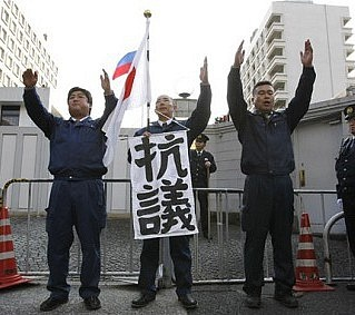VTokiu probíhají každoročně 7.února protesty před ruskou ambasádou za vrácení jižních Kurilských ostrovů.