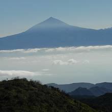 Pohled z Gomery přes moře s oblaky na Tenerife