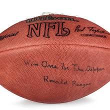 """Míč na americký fotbal. S věnováním """"Winn One for The Gipper"""". To odkazuje na hráče George Gippa, jenž v roce 1920 v 25 letech zemřel na infekci. Slogan později používal Reagan během prezidentské éry. Odhadní cena 10 000 USD, prodán za 93 750 USD."""