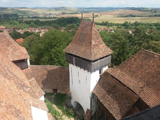 Mezi unikátní památky patří opevněné kostely. Tento se nachází ve vesnici Viscri uBrašova.