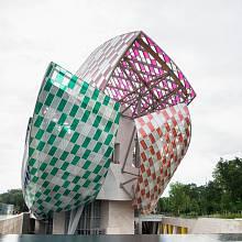 Budova Franka Gehryho Loď v pařížském Boulognském lesíku