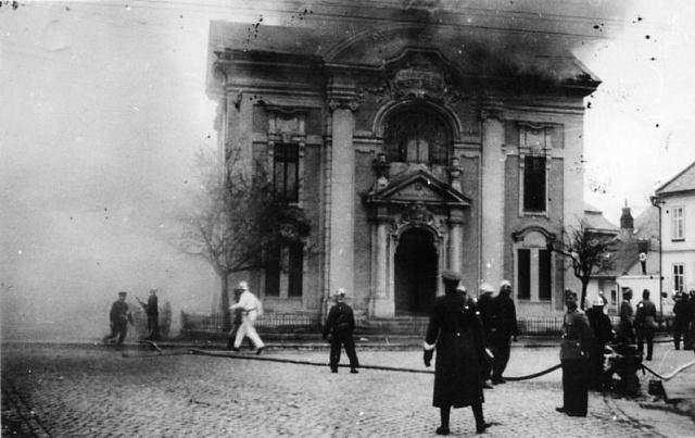 Vypálená synagoga ve Svitavách během křišťálové noci.