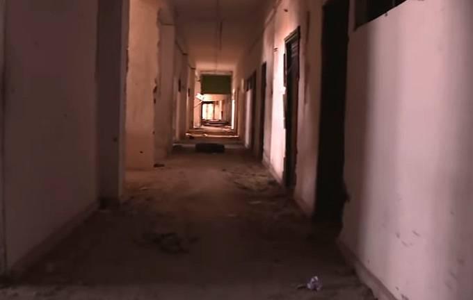 Vězení Islámského Státu v útrobách zničeného sportovního stadionu