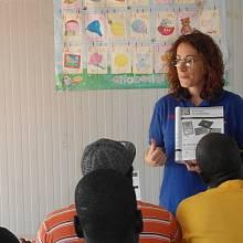 Výuka italštiny v běženeckém táboře v Mineu