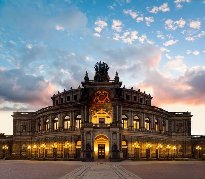 Sice není moderní, ale monumentální operní dům se nachází hned za českými hranicemi, v Drážďanech. Původní opera byla otevřena už v roce 1841, během své existence ale byla 2x zničena – požárem v roce 1869 a poté bombardováním během druhé světové války.