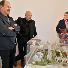 Autoři stavby, architekti Oldřich Hájek a Jaroslav Šafer, u modelu top'rezidence.