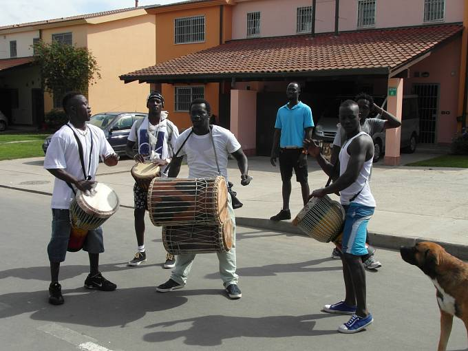 Táborem v Mineu znějí africké rytmy