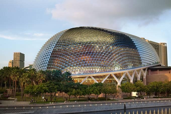 Opera v Singapuru patří ke komplexu budov nazývaných Esplanade. Dokončena byla v roce 2001 a vyniká svým futuristickým vzhledem.