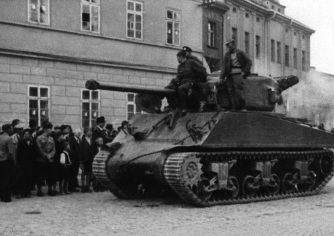 Příslušníci 2. gardového mechanizovaného sboru 6. gardové tankové armády 2. ukrajinského frontu na příbramském náměstí s americkým tankem Sherman M4A2