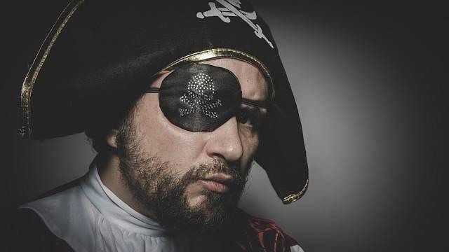 Oko, které bylo zakryté, se nedostalo do kontaktu se světlem a bylo zvyklé na tmu. To pirátům umožňovalo noční vidění.
