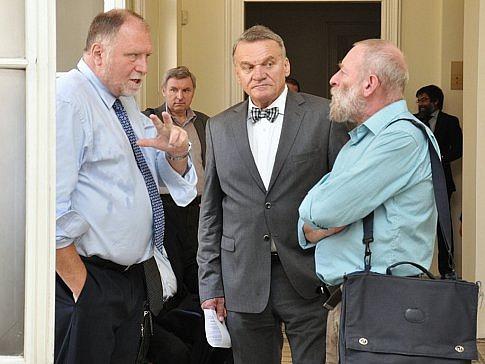Bývalý pražský primátor Bohuslav Svoboda (uprostřed) je jedním zpětice, která dostala za opencard podmínku, zatím nepravomocně.