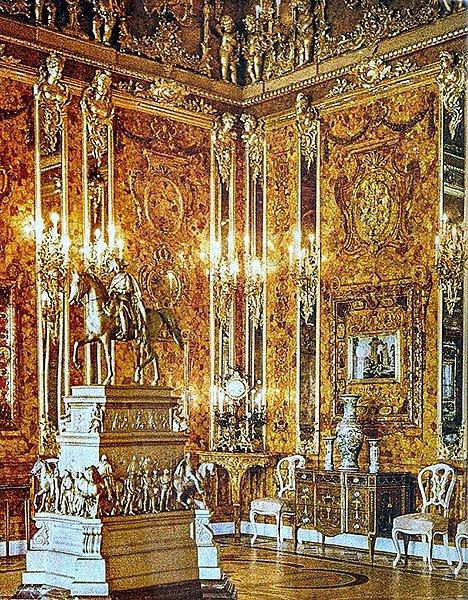 Jantarová komnata. Už 70 let je nezvěstná tzv. Jantarová komnata, ukořistěná za války nacisty v SSSR. Místnost zdobenou jantarem nechal zhotovit pruský král Fridrich I., ale roku 1716 ji věnoval ruskému caru Petru Velikému.