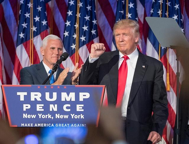 Ve svém prvním povolebním projevu vystupoval miliardář Trump vůči své protikandidátce inázorovým oponentům smířlivě.