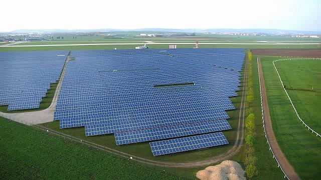Pohled na jednu z největších solárních elektráren, která vyrostla v areálu brněnského letiště.