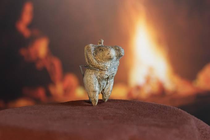 Nejstarším dochovaným ztvárněním lidské nahoty je soška venuše z jeskyně Hohle Fels v Německu, vyrobená z klu