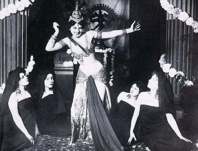 Jedno zprvních tanečních vystoupení Mata Hari – javanský tanec vmuzeu Guimet vPaříži 13.března 1905