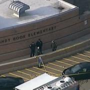 Symbolem škodlivosti konspiračních teorií se stal v USA masakr na škole v Sandy Hook. Oběti střelby byly obviňovány, že svou roli jen hrály. K masakru došlo 14. prosince 2012, na snímku příjezd policistů ke škole