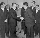 Bohumil Laušman si potřásá rukou s Klementem Gottwaldem. Komunistický režim ho později unese z exilu a odsoudí do vězení, z něhož už Laušman nikdy nevyjde