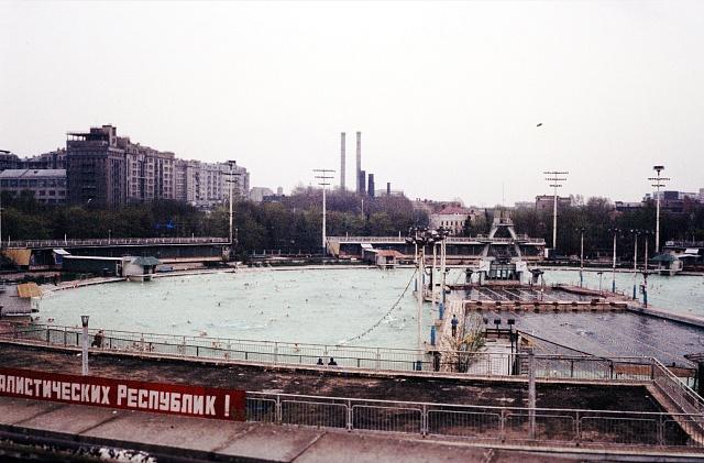 Vmístě odstřelené katedrály dlouho zela zatopená jáma, která byla v60. letech využita pro stavbu venkovního bazénu Moskva